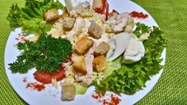 "Salat TSezar s kuritsej salat ajsbergkurinoe filepomidoryyajtsosous tsezar 1 600x338 - Салат  ""Цезарь"" с курицей"