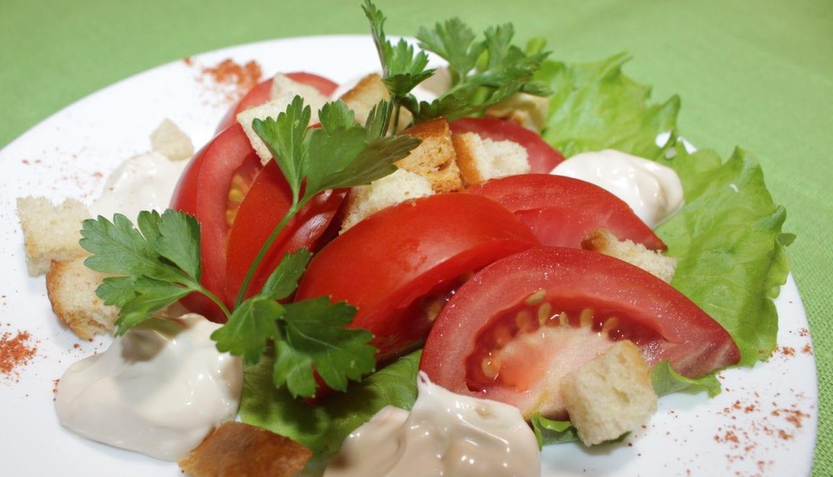 Salat iz tomatov so smetanoj e1548437131645 1200x687 - Салат из томатов со сметаной