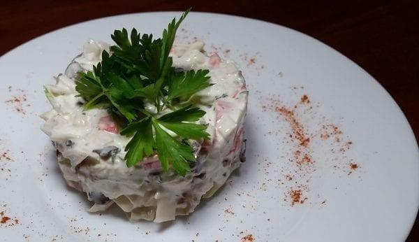 Salat s kuritsej gribami pomidorami i syrom kurinoe fileshampinonyluk pomidorysyrmajonezmaslo rast. e1548933444599 600x346 - Салат с курицей, грибами, томатом и сыром