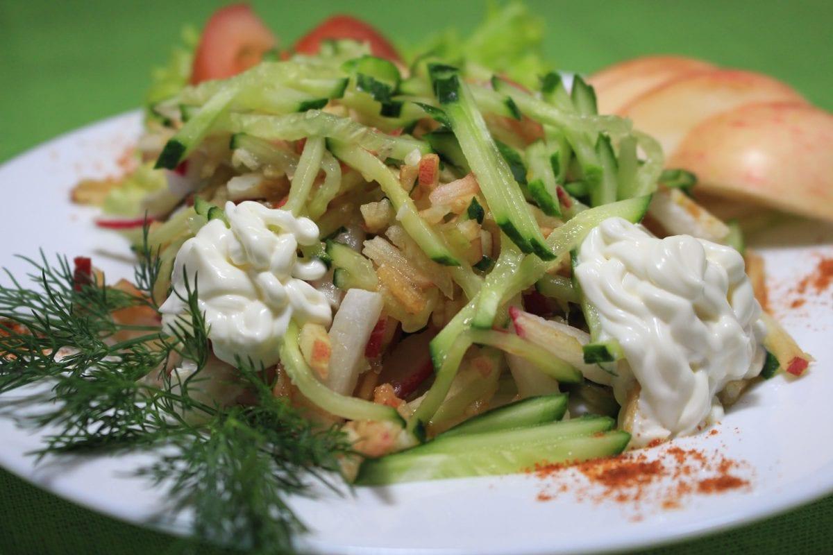 Salat s yablokom i svezhim ogurtsom yablokoogurets sv 1200x800 - Салат с яблоком и свежим огурцом