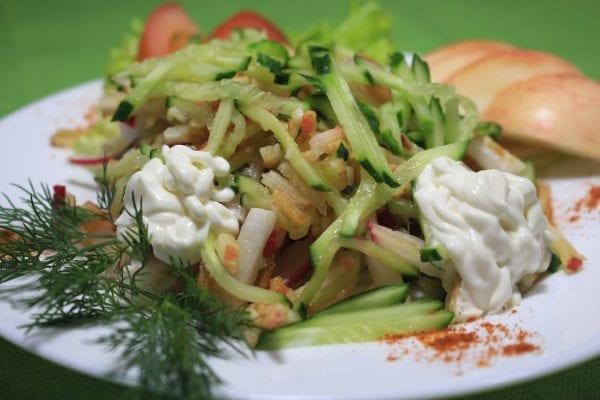 Salat s yablokom i svezhim ogurtsom yablokoogurets sv 600x400 - Салат с яблоком и свежим огурцом