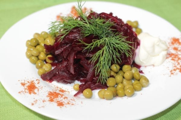 Salat so svekloj i goroshkom 600x400 - Салат со свеклой и горошком