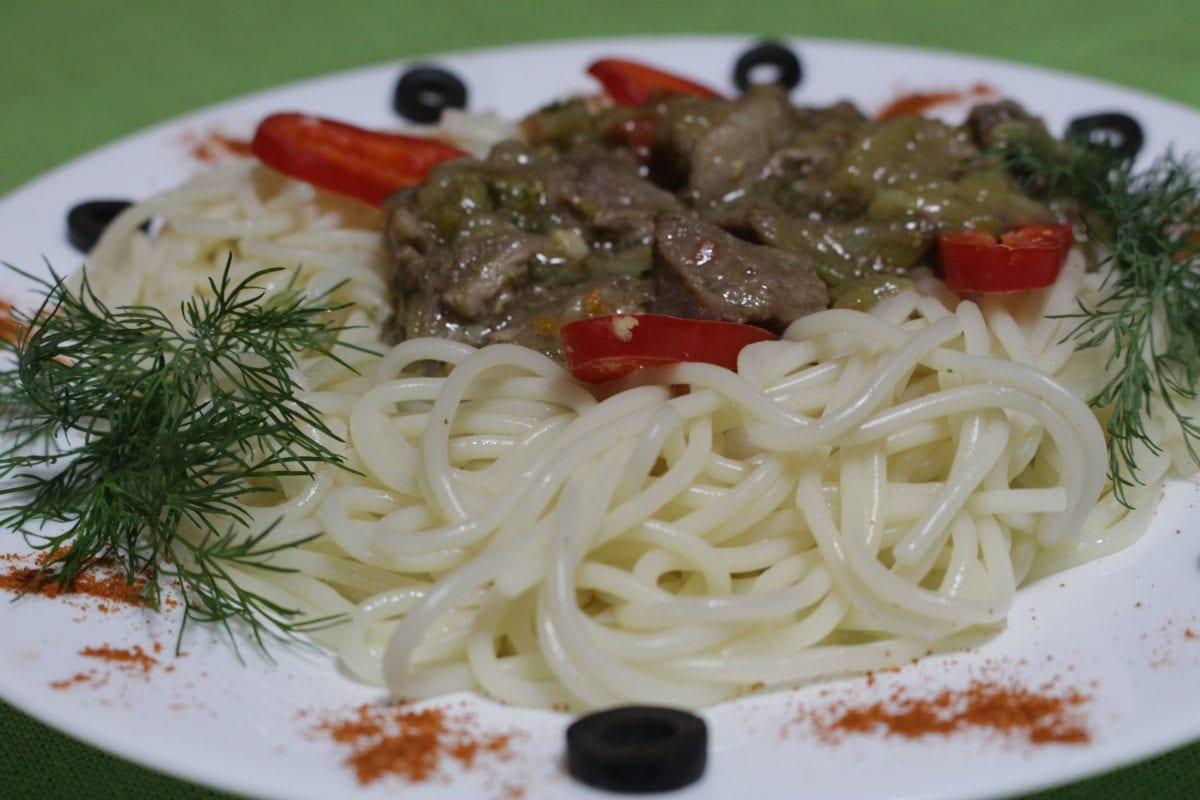 Azu iz govyadiny s solenymi ogurtsami Spagetti 1200x800 - Бефстроганов из говядины со спагетти