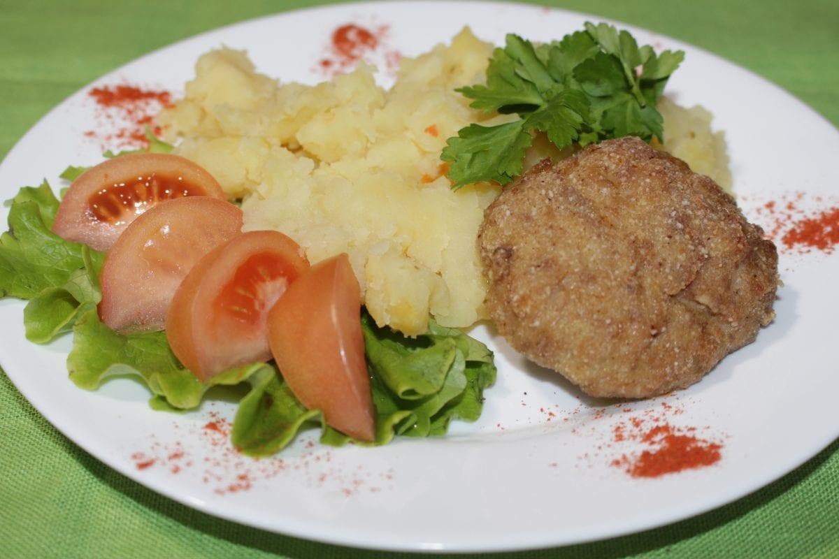 Bitochki iz svininy s tushenym kartofelem 1200x800 - Биточки из свинины с отварным картофелем и зеленью