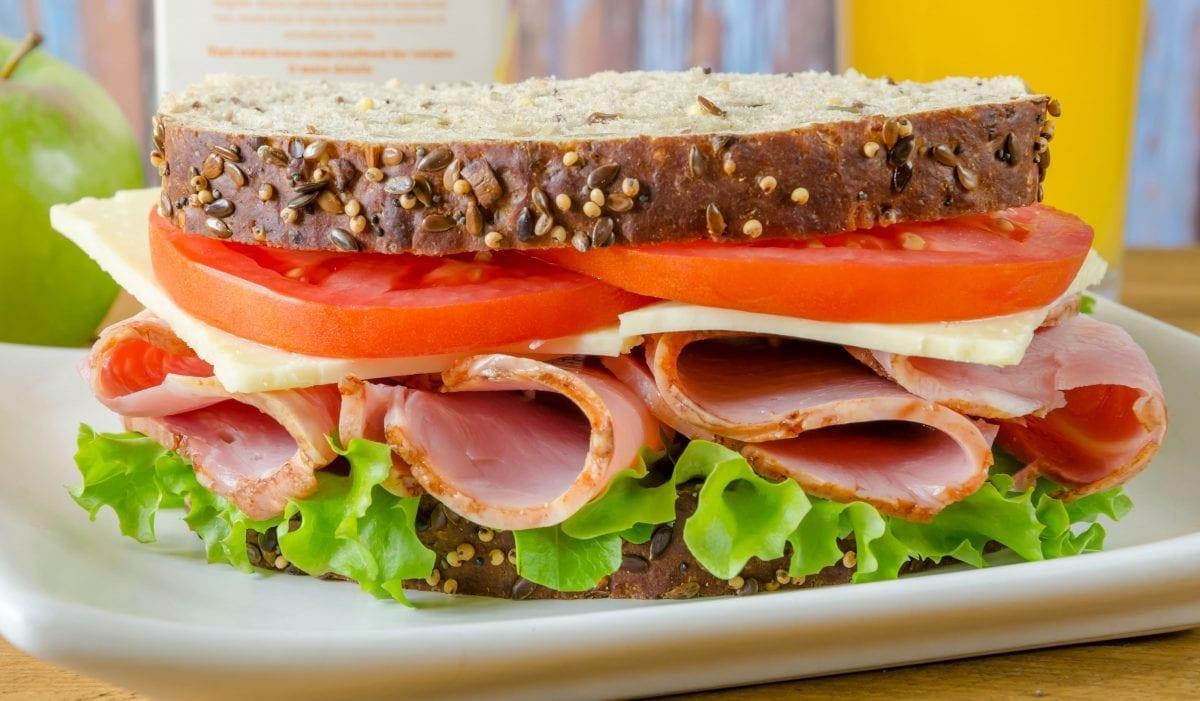 Buterbrod vetchina list salata tomat e1548964825425 1200x701 - Бутерброд с ветчиной, салатом и томатом