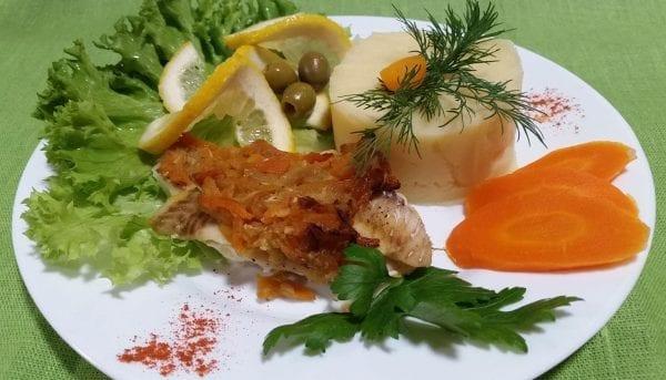 File ryby s ovoshhami file hekamukatsukinimorkov solspetsiimaslo rast. e1547464726208 600x343 - Филе рыбы с овощами с картофельным пюре