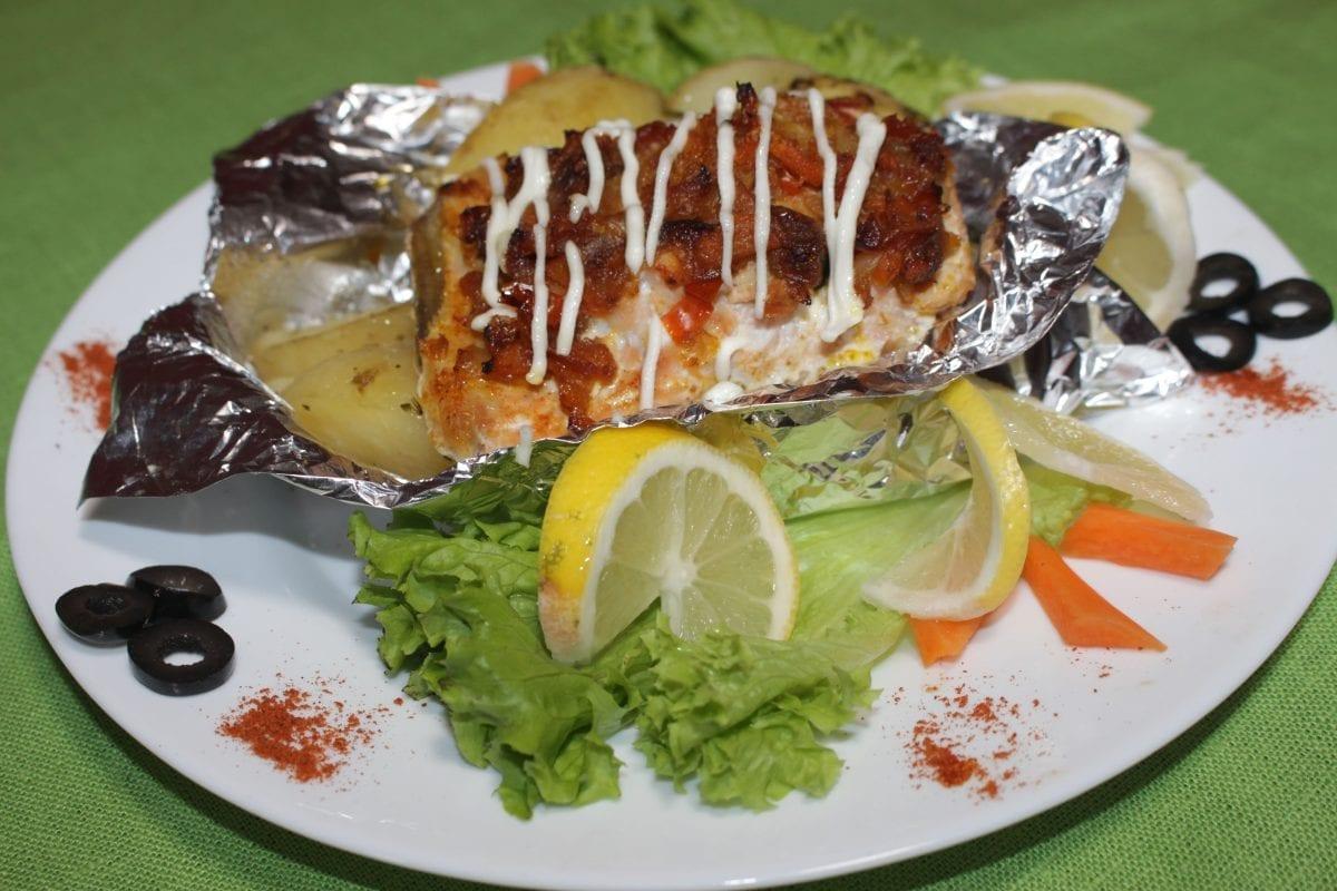 File ryby zapechennoe na podushke iz ovoshhej file ryby pomidor perets sladkij luk morkov solkartofel perets rastitelnoe maslo 1200x800 - Филе рыбы, запеченное на подушке из овощей