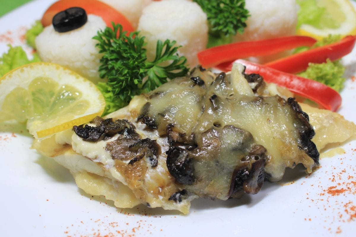 File ryby zapechennoe s gribamilukom i syrom file hekamukashampinonyluk syrmajonezsyrRis rassypchatyj 1200x800 - Филе рыбы, запеченное с грибами, луком и сыром с рассыпчатым рисом