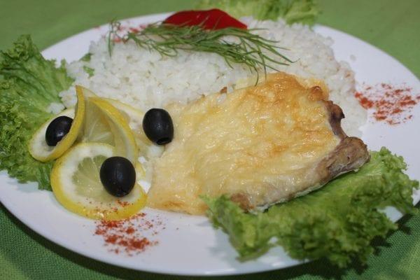 File ryby zapechennoe s syrom i yajtsom file hekamukayajtsosyrmajonez solspetsiiRis rassypchatyj 600x400 - Филе рыбы, запеченное с сыром и яйцом с рассыпчатым рисом