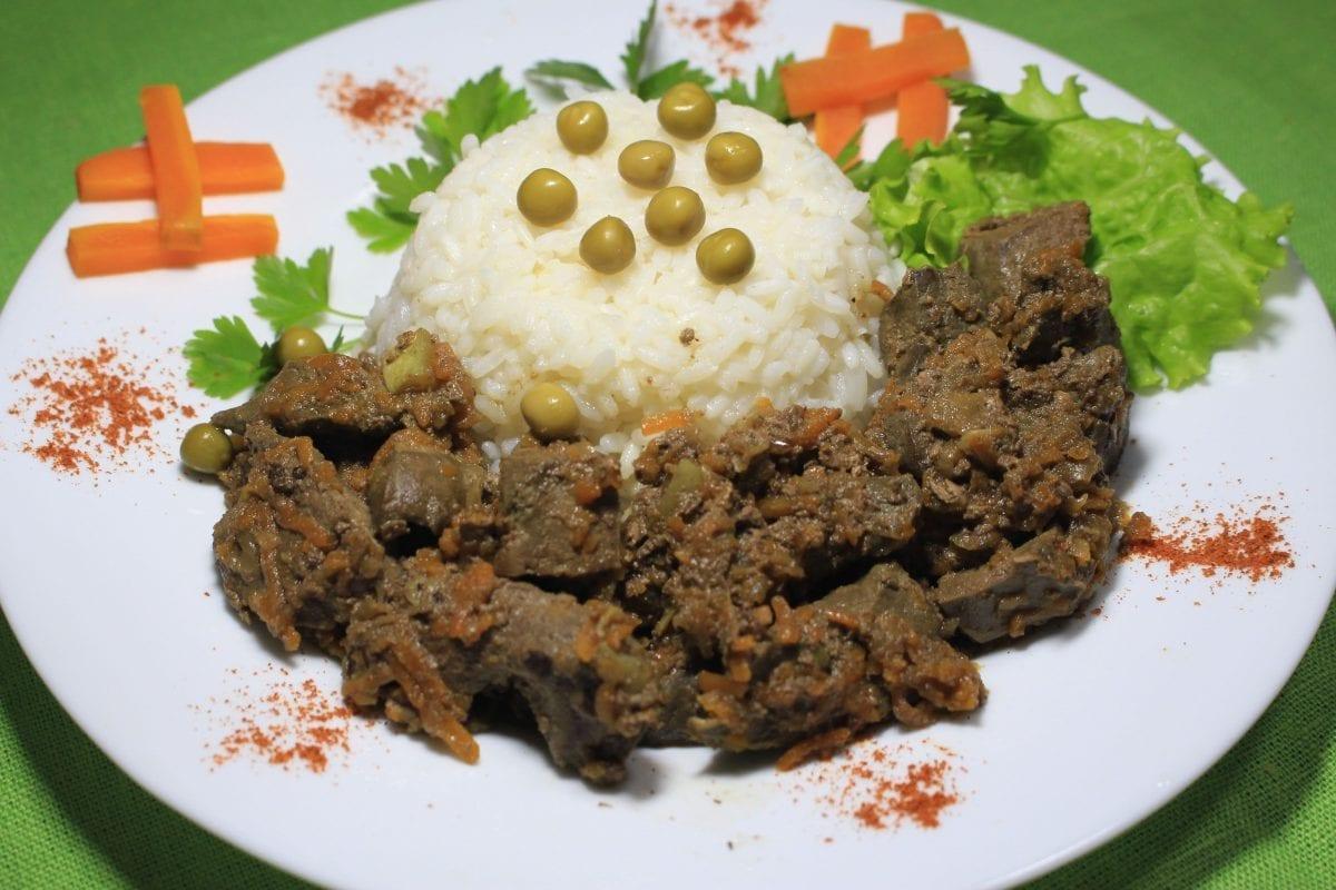 Kurinaya pechen tushenaya s ovoshhami pechen kurinayaluktomaty tsukinirast 1200x800 - Куриная печень, тушеная с овощами с рассыпчатым рисом