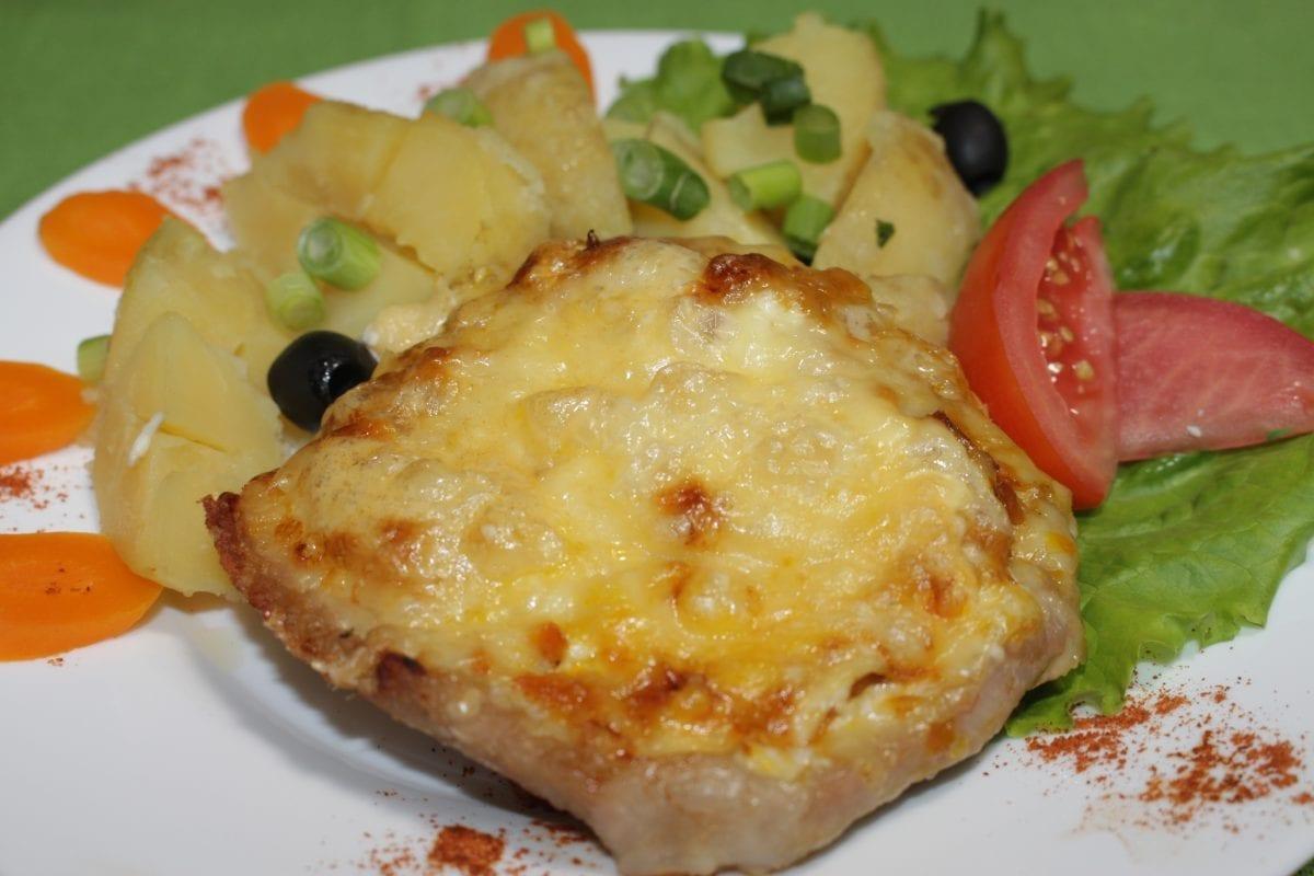 Otbivnaya iz svininy zapechennaya s ovoshhami 1200x800 - Свиная отбивная, запечённая с прованскими травами под сыром с картофелем