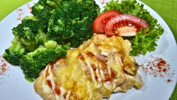 Otbivnaya kurinaya s pomidorom kurinoe file tomatychesnoksyrmajonezsolspetsii 600x338 - Отбивная куриная с томатом и отварной капустой брокколи