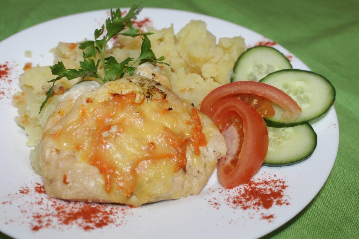 Otbivnaya kurinaya zapechennaya s morkovyu po korejski i syrom s tushenym kartofelem 1200x800 - Отбивная куриная, запеченная с морковью по-корейски с отварным картофелем