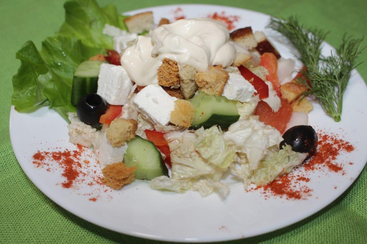 Ovoshhnoj salat pod sousom TSezar pekinskaya kapustaogurets sv.yajtsoperets sv.syr fetasuharikisous TSezar 1200x800 - Овощной салат под соусом «Цезарь»