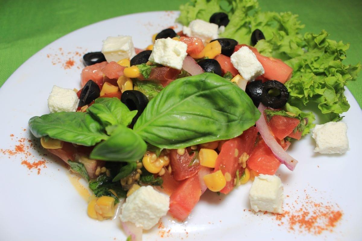 "Ovoshhnoj salat s syrom feta tomatymaslinysyr fetakukuruza kons.salatluk krasnyjmaslo rast.sok limonabazilik 1200x800 - Овощной салат с сыром ""Фету"""