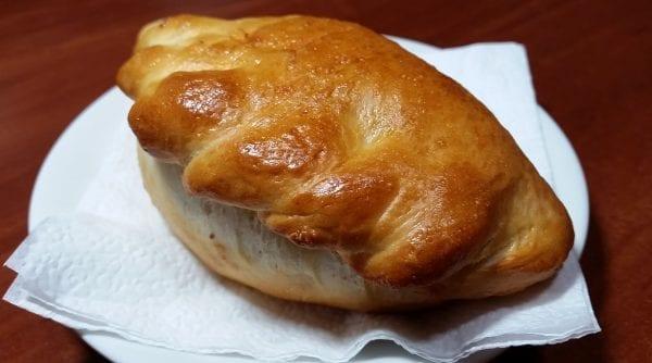 Pirozhok e1547369911410 600x334 - Пирожок с крабовыми палочками и яйцом