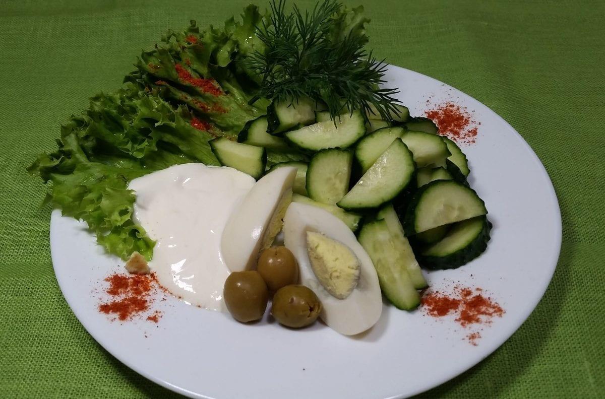Salat Letnij salatogurets sv.yajtsosmetana e1547451710979 1200x792 - Салат из свежих огурцов с яйцом