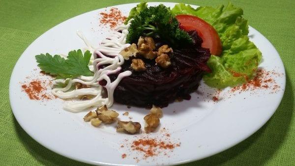 Salat iz svekly s gretskimi orehami svekla otv.majonezgrets. orehi e1547449929994 600x338 - Салат из свеклы с грецкими орехами
