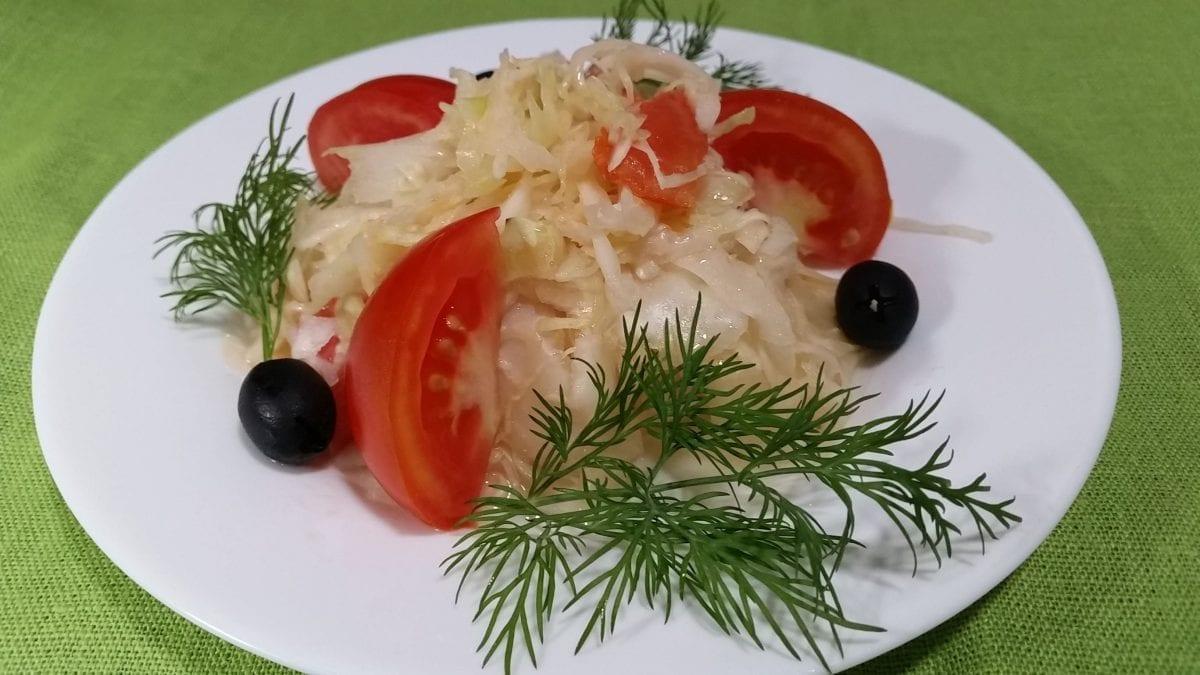 Salat iz svezhej kapusty s pomidorom kapusta svezhayatomaty maslo rastitelnoe sahar sol uksus. e1547459000499 1200x675 - Салат из свежей капусты с перцем и томатом