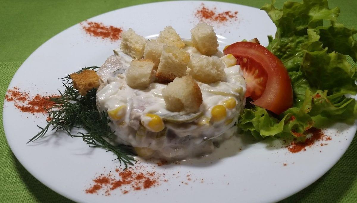 Salat myasnoj s suharikami svinina tazkukuruzaogurets kons.yajtsomajonezsuhariki e1547449825188 1200x683 - Салат мясной с сухариками