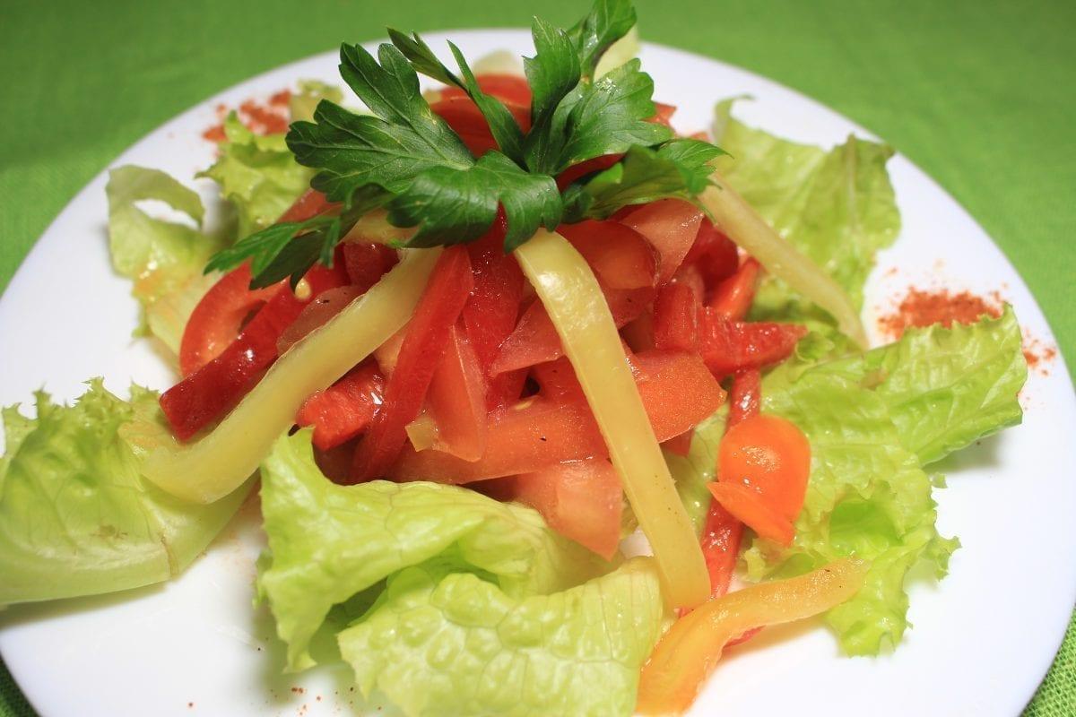 Salat s pomidorom i sladkim pertsem tomatyperets sv.zapravka salatnaya 1200x800 - Салат из томатов и сладким перцем