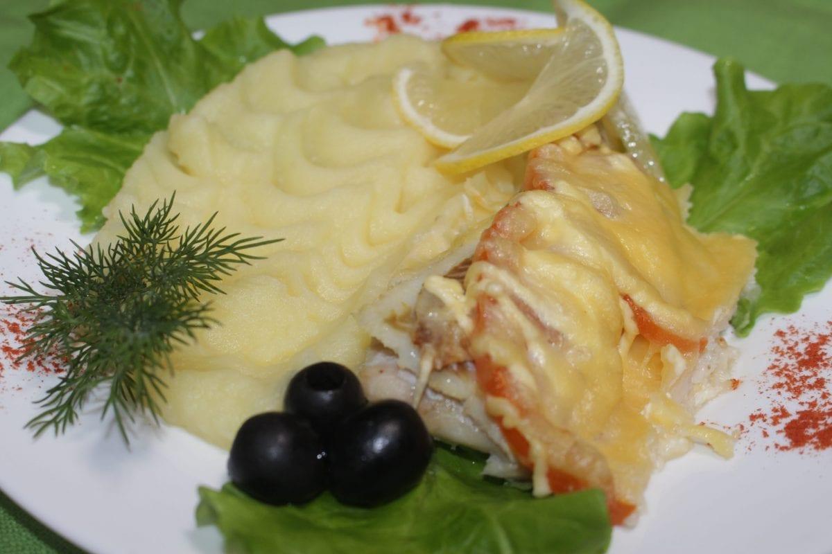 File ryby s tomatom s kartofelnym pyure file hekatomatysyrchesnok majonezsolspetsii kartofelnoe pyure 1200x800 - Филе рыбы, запеченное с овощами с картофельным пюре