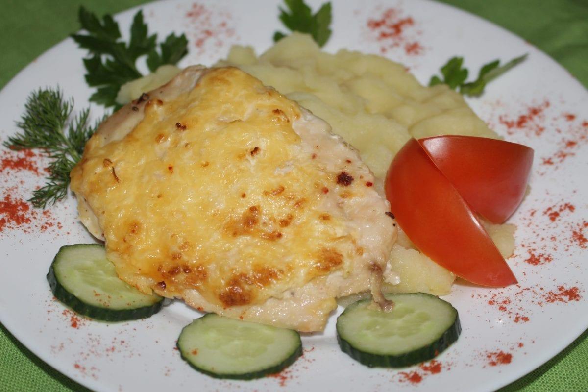 Otbivnaya kurinaya zapechennaya pod syrno lukovoj podushkoj s kartofelnym pyure 1200x800 - Отбивная куриная, запеченная под сыром с картофельным пюре