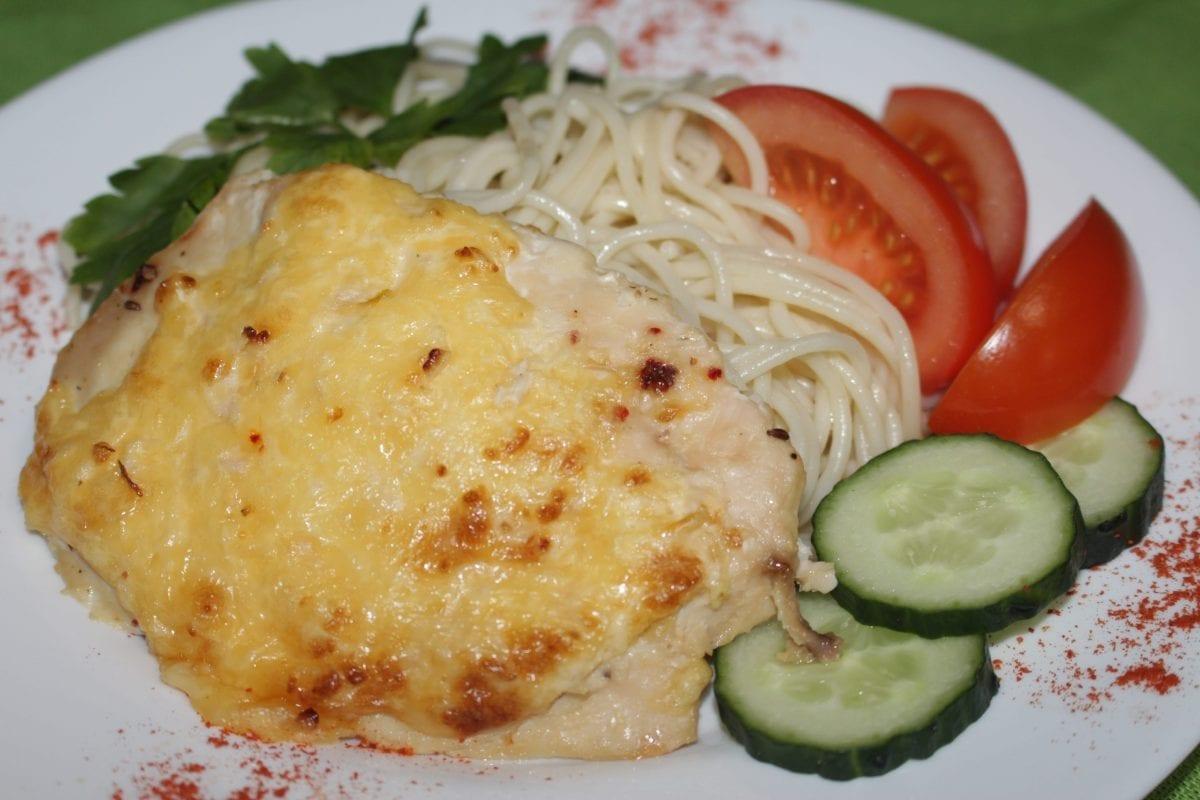 Otbivnaya kurinaya zapechennaya pod syrno lukovoj podushkoj so spagetti 1200x800 - Отбивная куриная, запеченная под сырно-луковой подушкой с отварными макаронами