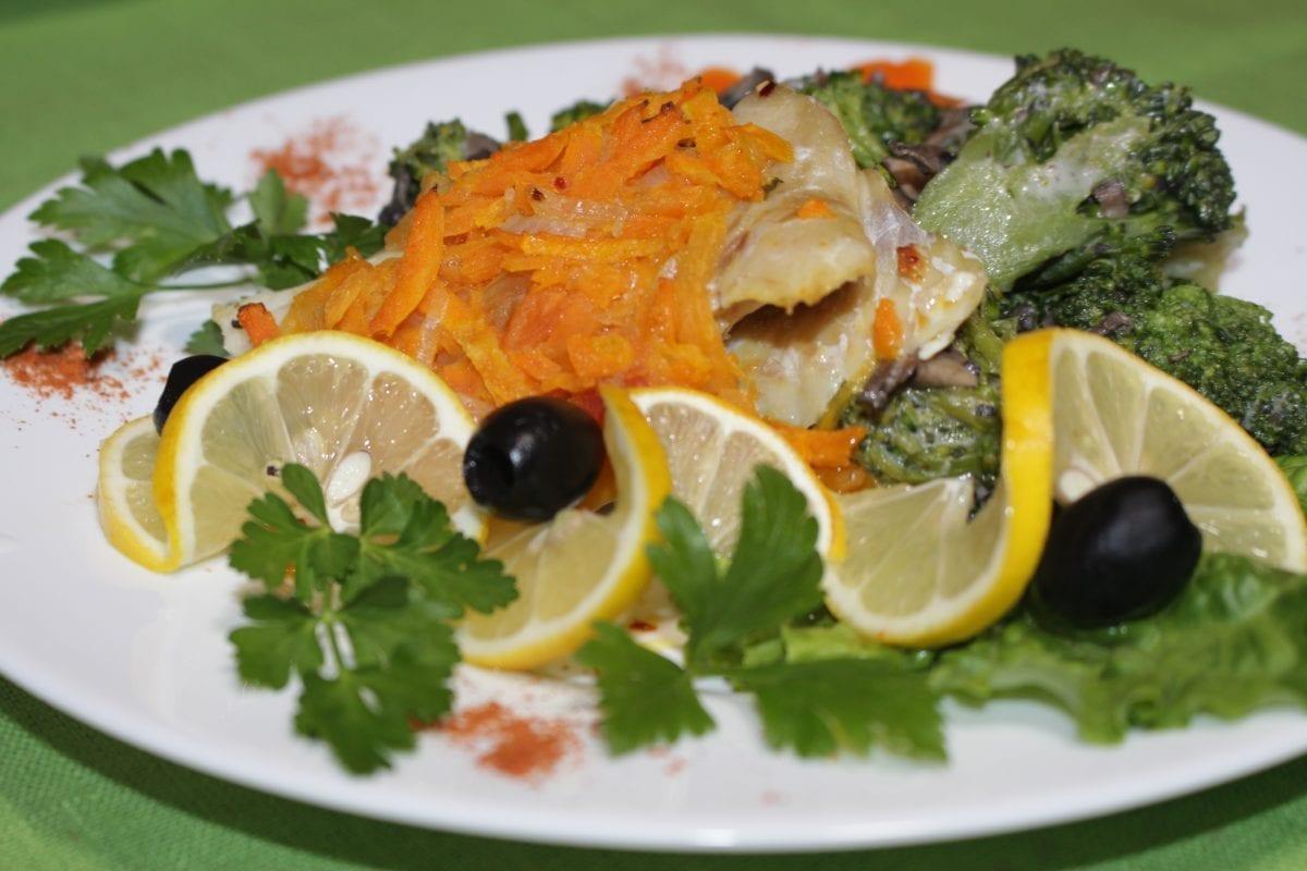 Ryba s ovoshhami s brokkoli pod gribnym sousom file hekamorkovpomidorysolspetsiimaslo rast. brokkoli sous gribnoj 1200x800 - Рыба с овощами с брокколи под грибным соусом