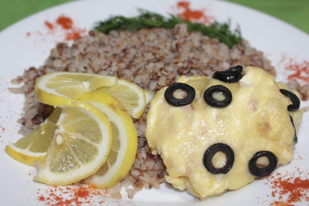 Ryba zapechennaya s tomatom i maslinami s kashej grechnevoj 1200x800 - Рыба , запечённая  с овощами с кашей гречневой