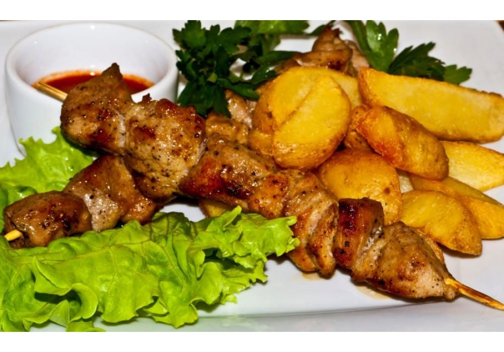 SHashlyk iz svininy svinina sheya luk tomatysolspetsii Kartofelnye dolki - Шашлык из свинины с картофельными дольками