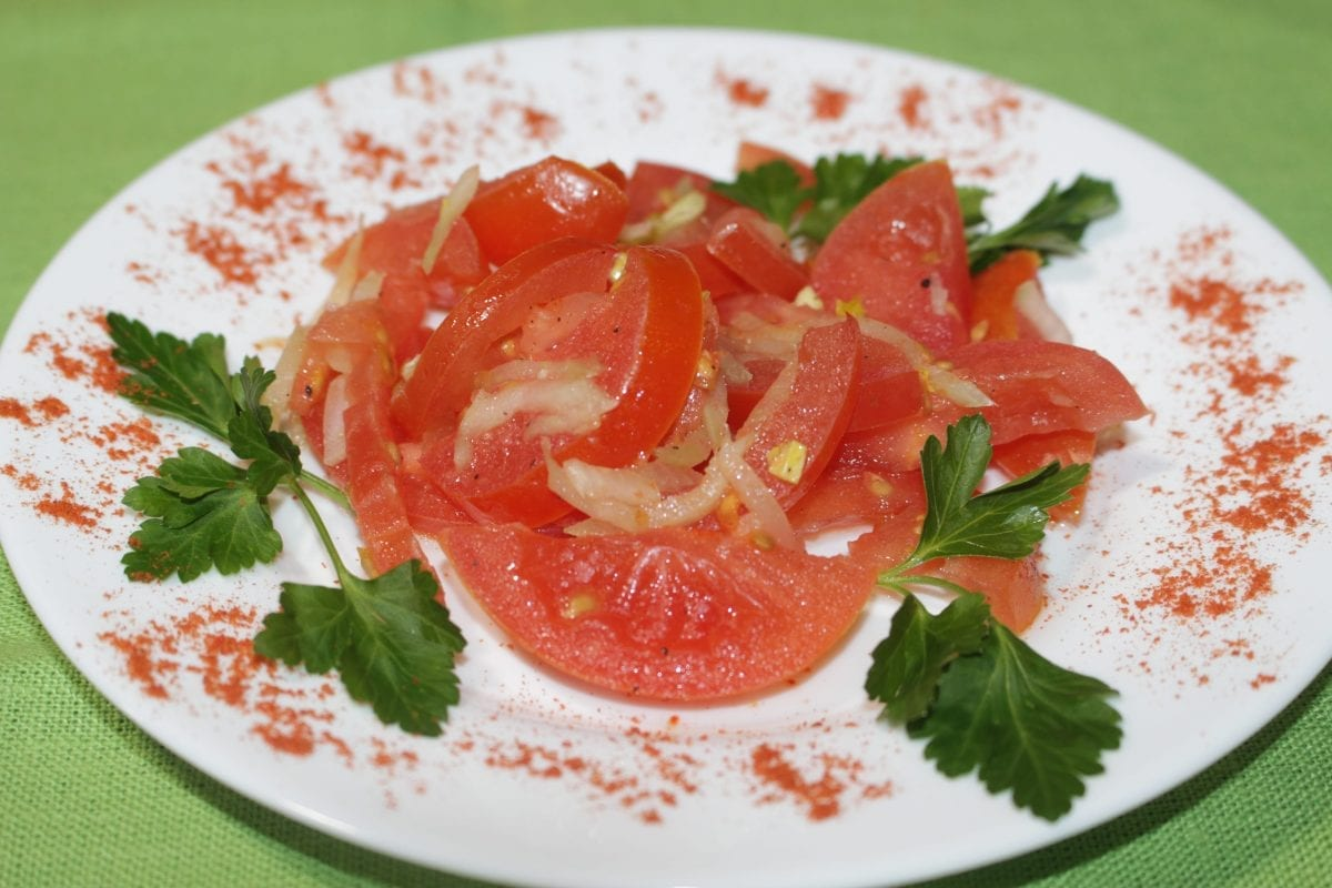 Salat s seldereem i pomidorami selderejpomidoryperets chernyjmaslo rast. 1200x800 - Салат с сельдереем и томатами