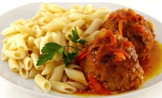 tefteli s makaronami - Тефтели по-деревенски с отварными макаронами