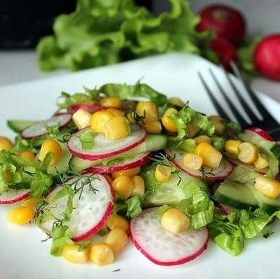 Salat iz svezhej kapusty s rediskoj i kukuruzoj - Салат из свежей капусты с редиской и кукурузой