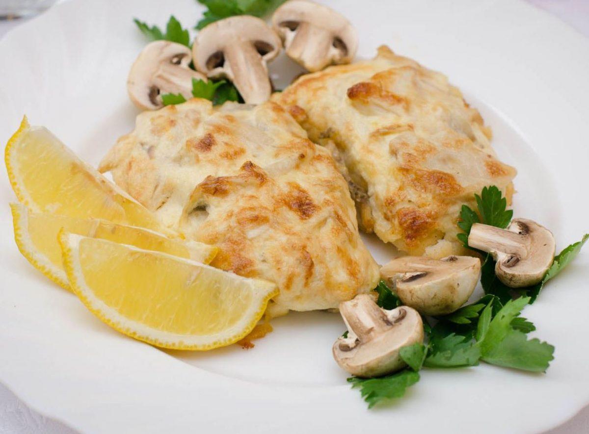 File ryby zapechennoe s gribami 1200x885 - Филе рыбы, запеченное с грибами, луком и сыром с картофельным пюре