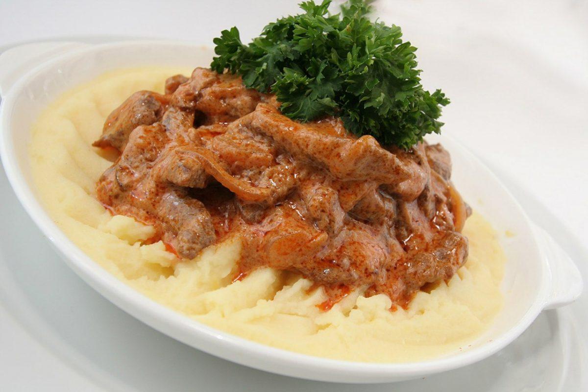 Karri iz govyadiny 1200x800 - Говядина по-осеннему с картофельным пюре
