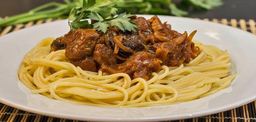 Svinina tushenaya s chernoslivom so spagetti - Свинина тушеная в кисло-сладком соусе с отварными макаронами