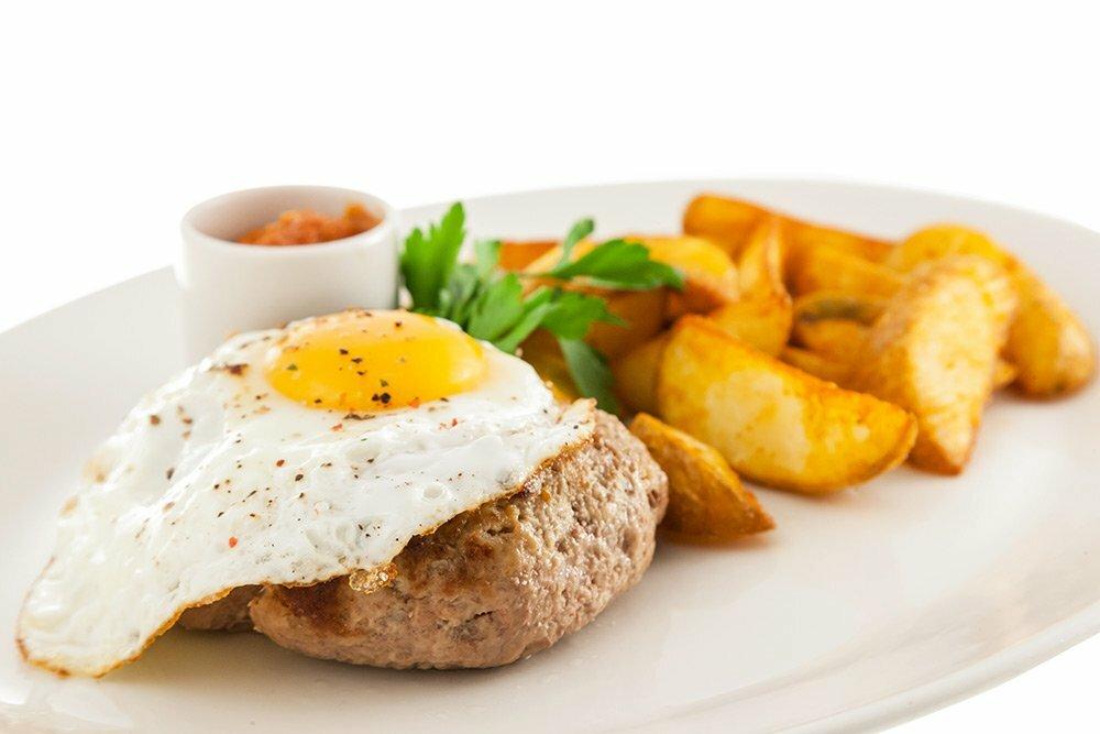 bifshteks s yajtsom s kartofelnymi dolkami - Бифштекс рубленый с яйцом с картофельными дольками