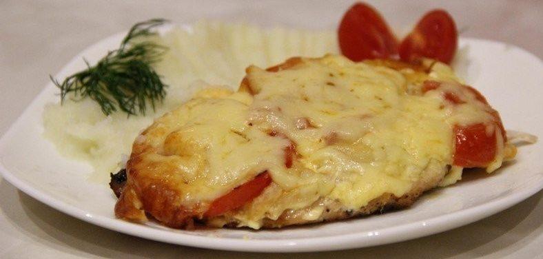 otbivnaya iz svininy s tomatom s kartofelnym pyure e1617741779755 - Отбивная из свинины, запеченная с томатом с картофельным пюре