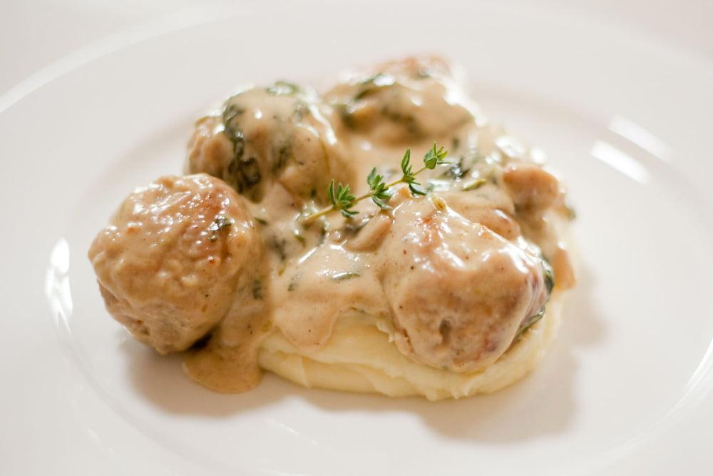 Frikadelka kurinaya v syrnom souse - Фрикаделька куриная  в сырном соусе с картофельным пюре